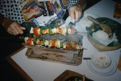 Der Tischgrill grillt alle Lebensmittel