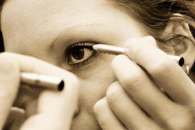 Kosmetik überdeckt Augenringe schnell und zuverlässig.