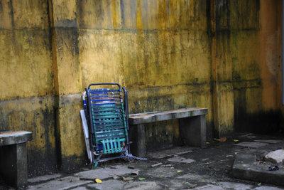 Feuchte Kellerräume von Schimmel befreien