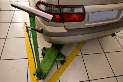 Auto hoch - Sichtkontrolle der Stoßdämpfer