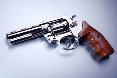 Ein Revolver gehört zu Gangsterpaar-Kostümen.
