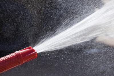 Entfernen Sie Wasser mit der Tauchpumpe.