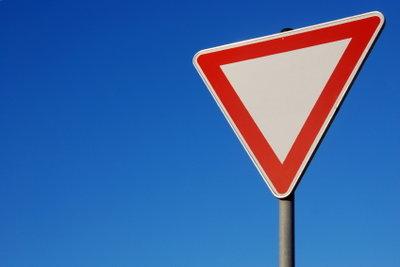 Vorfahrtsregeln zu üben, hilft Ängste abzubauen.