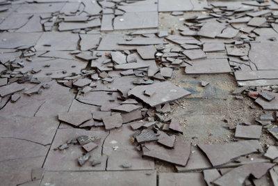 Alte Bodenbeläge können Asbest enthalten.