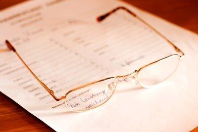 Einen Mitarbeiterbeurteilungsbogen ausfüllen.