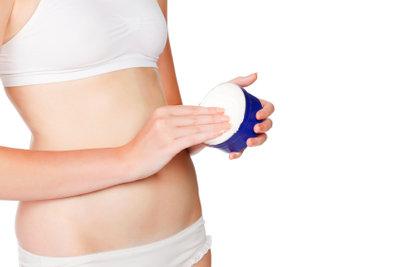 Schwangerschaftsstreifen durch Eincremen mildern.