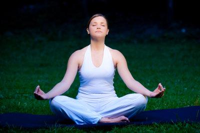 Die Yoga-Krähe fördert das Gleichgewicht.