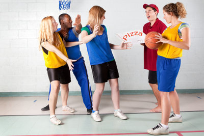 Grundschulkinder beim Sport.