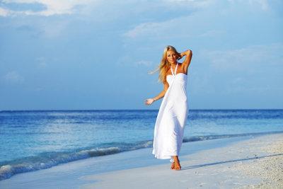 Ein weißes Kleid ist stets elegant.