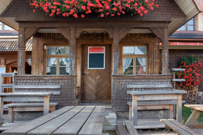 Holzhaus streichen - für eine längere Haltbarkeit.