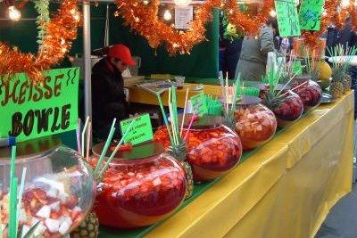 Servieren Sie eine Schlammbowle mit Erdbeeren.
