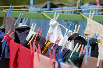 Reinigen Sie Kleidung individuell.