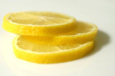 Mit Zitrone gegen Pickel vorgehen.