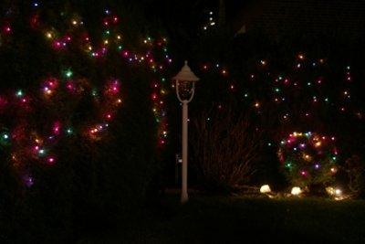 Eine weihnachtliche Außenbeleuchtung sorgt für Stimmung.