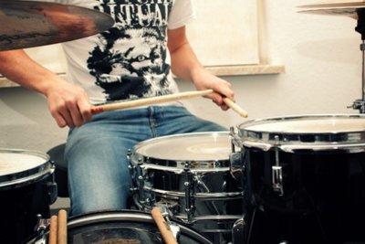 Auf dem Schlagzeug üben