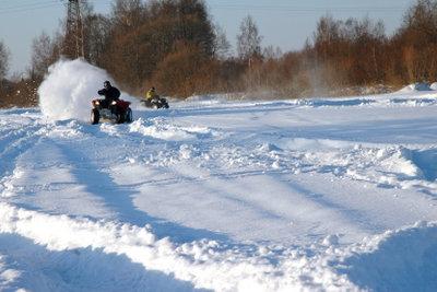 Fahren Sie den Quad im Winter.