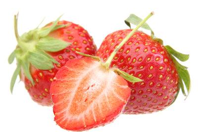 Erdbeeren schmecken in einer Bowle lecker.