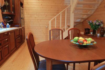Holzmöbel benötigen eine regelmäßige Pflege.