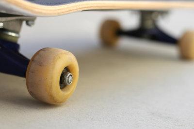 Ein Longboard hat überstehende Räder.