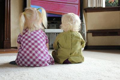 Vor dem Fernseher vereinsamen Kinder.
