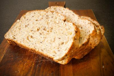 Selbst gebackenes Brot schmeckt besonders lecker.