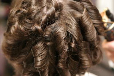 Mit dem Glätteisen einfach Haare locken.