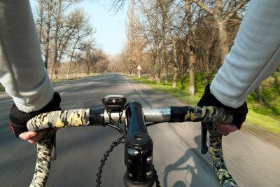 Als Rennradler auf einer Landstraße fahren.