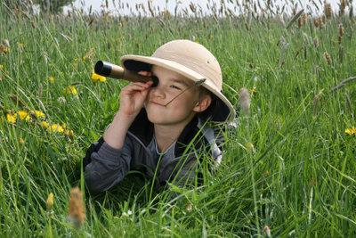 Kinder beobachten gerne mit dem Fernrohr.