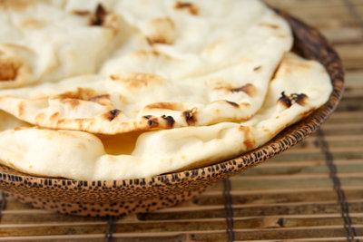 Backen Sie frisches Naan-Brot.
