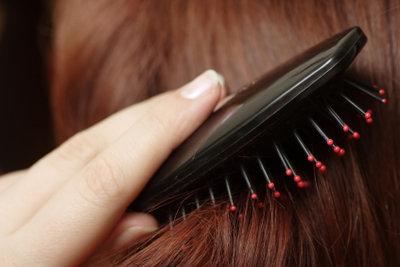 Bürsten erleichtert das Haareflechten.