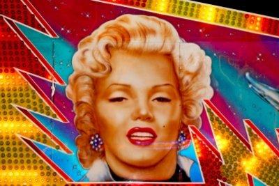 Verkleiden Sie sich als Marilyn Monroe.