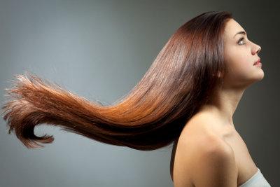 Kastanienbraune Haare sehen toll aus.