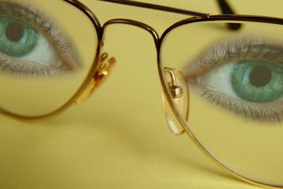 Kunststoffbrillengläser sollten Sie sorgfältig reinigen.