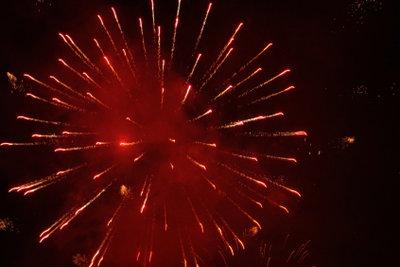 Strontiumchlorid wird für rotes Feuerwerkt verwendet.
