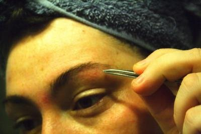 Die richtige Augenbrauenform zupfen.