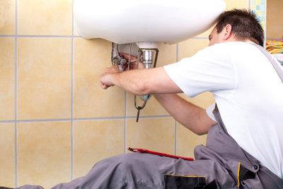 Kleinreparaturen erledigt ein Hausmeister selbst.