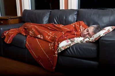 Schlafen - auf einem Federkern-Sofa geht's.
