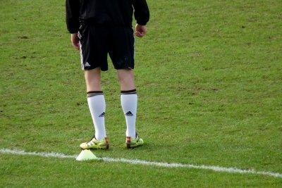 Spieler bei FIFA im Rücken anspielen.