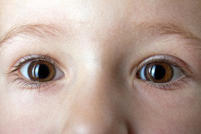 Die meisten Menschen haben einfarbige Augen.