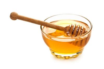 Mit Honig die Haare pflegen.