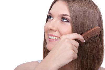 Die richtige Pflege beugt Haarbruch vor.