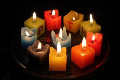 Das Ergebnis sind bunte Kerzen.
