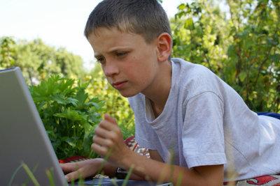 Kinder sind im Internet Gefahren ausgesetzt.