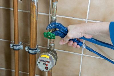Der Wasserhahn sollte ebenfalls abgedreht werden.