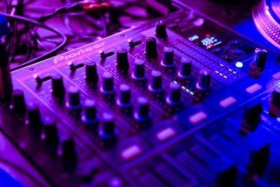 Ein Mixer macht Musikzusammenstellungen möglich.