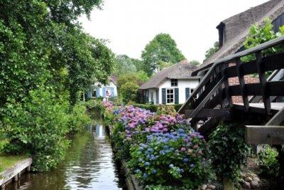 Ein schöner kleiner Ort ist Giethoorn.