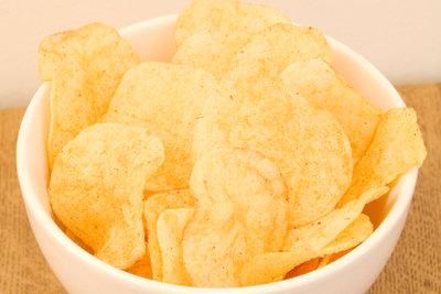 Chips können Sie auch selber frittieren.