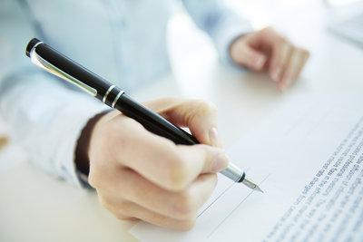 Die Erklärung müssen Sie eigenhändig unterschreiben.