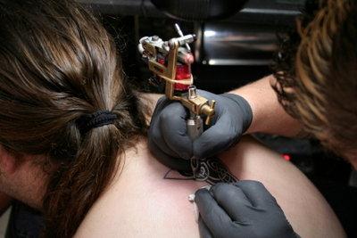 Man braucht keine Nadeln fürs Tattoo.