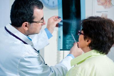 Ein Arzt muss einen Notfallpatienten behandeln.
